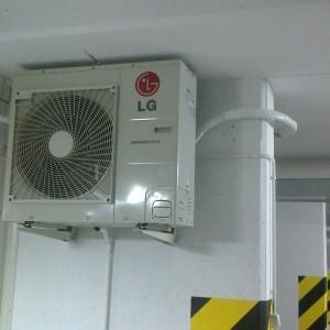 instalacja klimatyzacji w pomieszczeniu